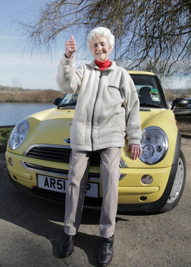 Эта женщина занимается йогой и пьет вино каждый день. Ей 105 лет