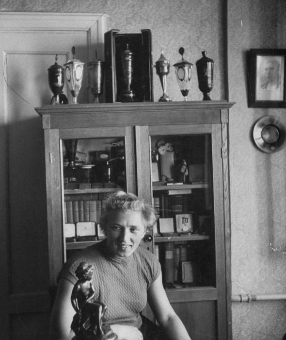 Спортсменка Галина Зыбина отдыхающая у себя дома. СССР, Москва, 1956 год.