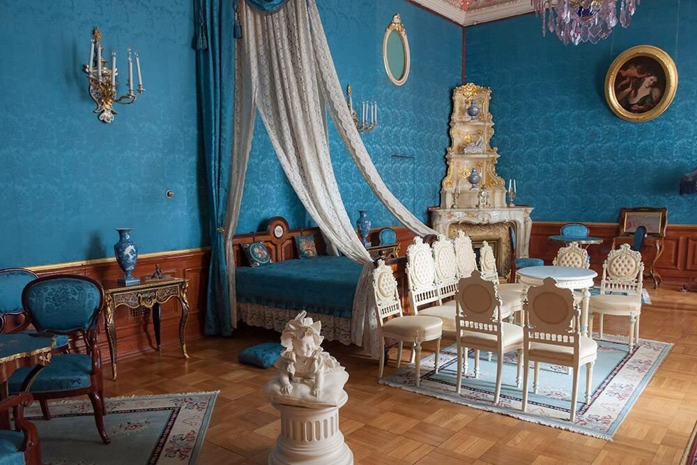 Парадные залы великолепны, но, намой взгляд, жилые комнаты интереснее: вних понимаешь, как ичем жили обитатели дворца. : natalya sterleva / Shutterstock