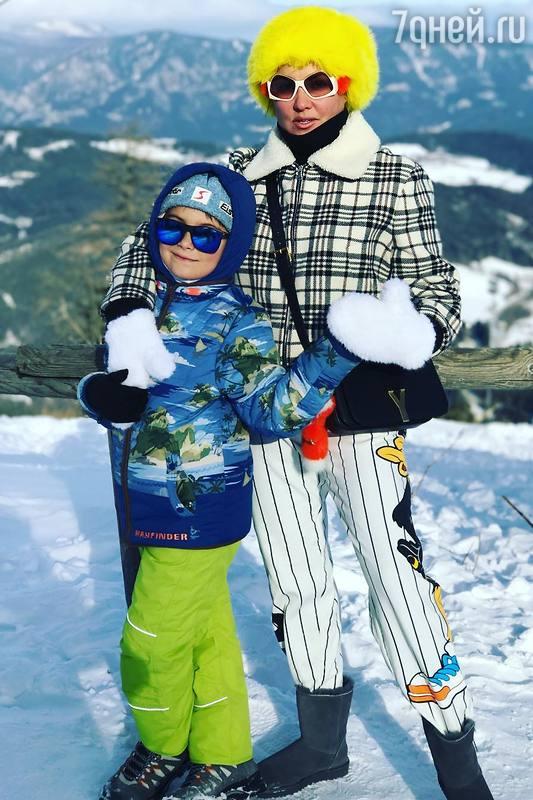 Анна Нетребко борется с последствиями употребления оливье при помощи лыж
