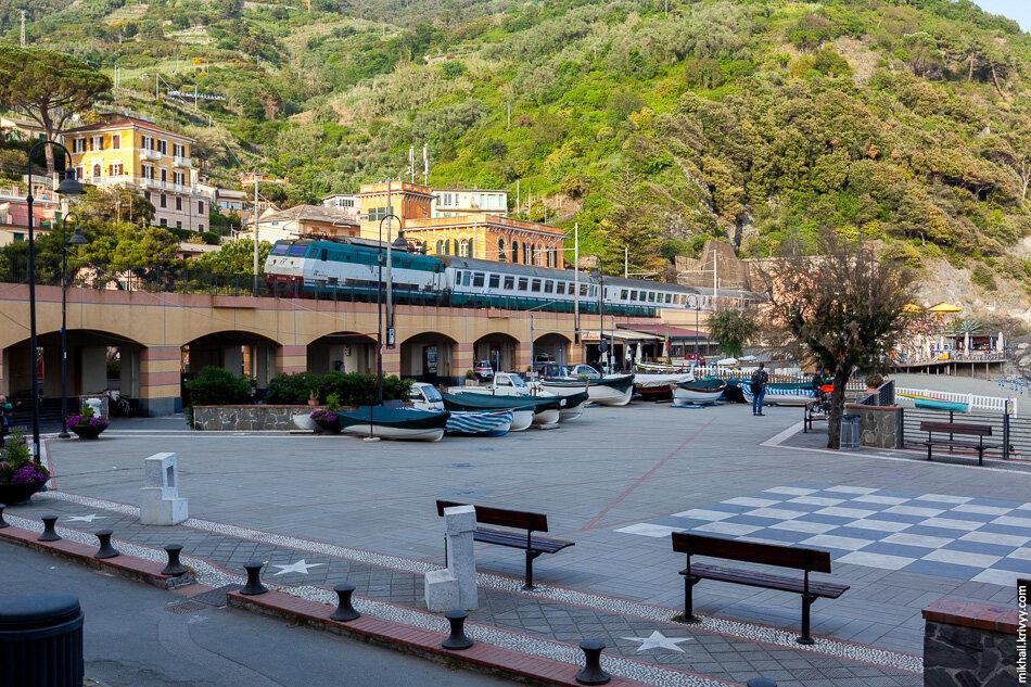 34. Еще 2 часа пешком по горам и мы в Монтероссо-аль-Маре. Этот город уже живой. Тут пляжи и гостиницы.