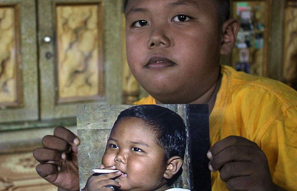 Двухлетний малыш из Индонезии бросил курить
