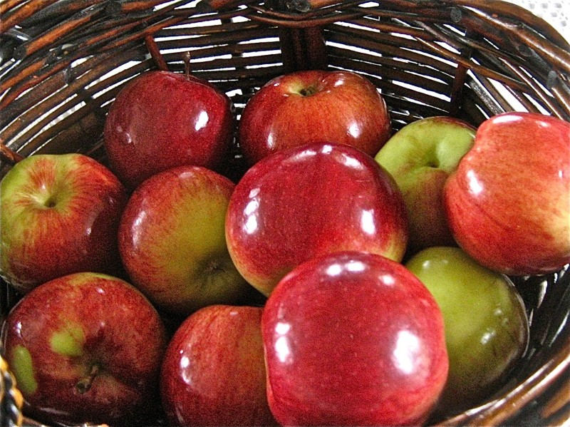 Вот что случится, если залить блестящие магазинные яблоки горячей водой