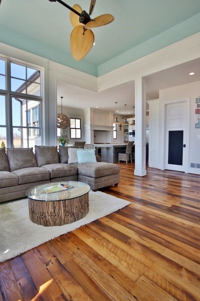 Просторная гостиная современного стиля с покрашенным потолком
