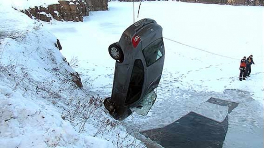 Фото и видео из Хмельницкого, где из затопленного карьера подняли автомобиль с трупом в багажнике