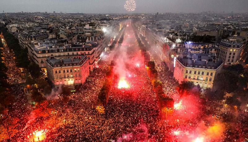 Как Франция отметила победу сборной: беспредел толпы, слезоточивый газ и двое погибших