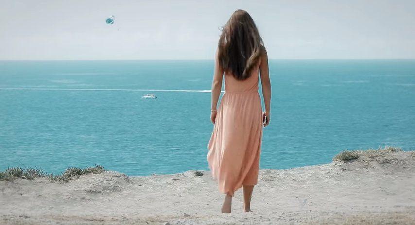 Юная девушка приходит на край высокого утеса, но вовсе не для того, чтобы полюбоваться пейзажем.