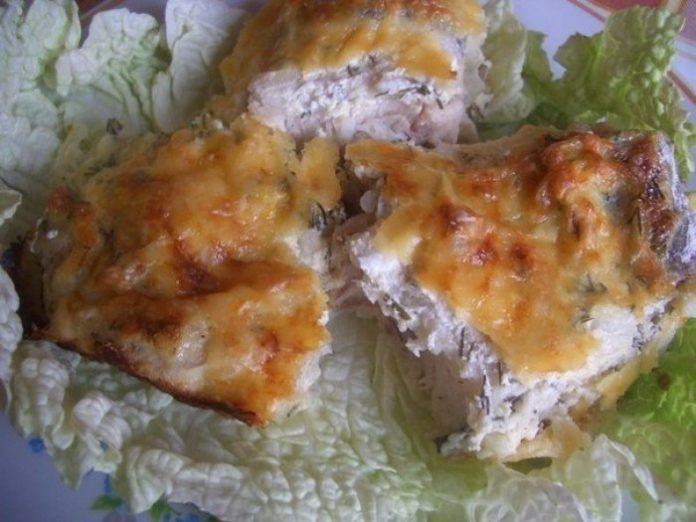 Необыкновенно вкусная рыба, запеченная в сметанном соусе под сырной корочкой