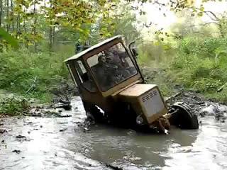 Дерзкий трактор едет по грязи