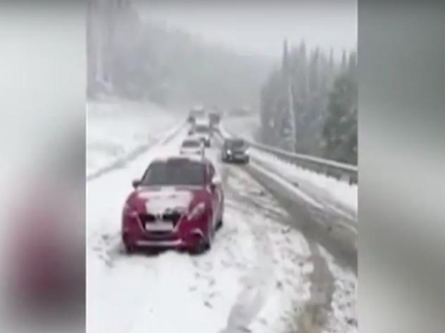 Из-за снегопада под Красноярском парализовало движение