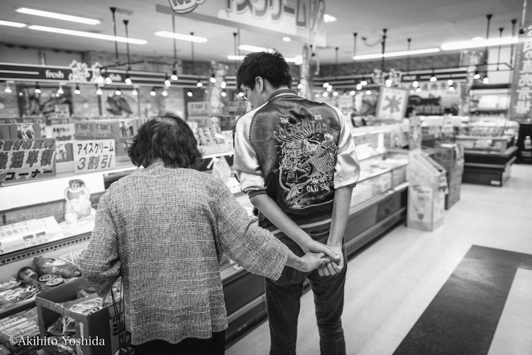 Фотопроект о трогательных отношениях бабушки и внука, предшествующих трагедии