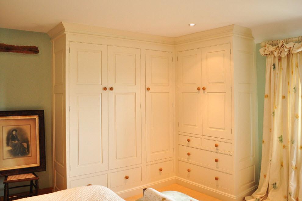 Г-образный шкаф в спальне