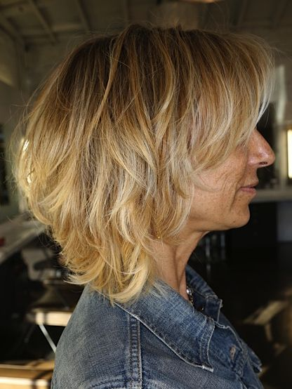 Стильные варианты стрижек на средние волосы для женщин после пятидесяти