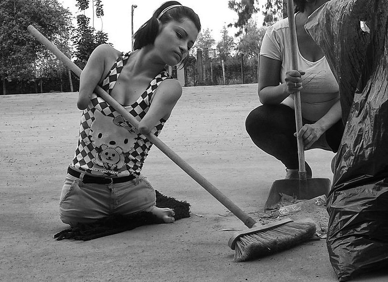 Еще девушка считает себя экологом - она ходит вокруг своего микрорайона с братьями, сестрами и друзьями, собирает мусор, стараясь поддерживать чистоту. В свободное время помогает заботиться о братьях и сестрах других детей в своем районе. инвалид, история, сила духа, художница