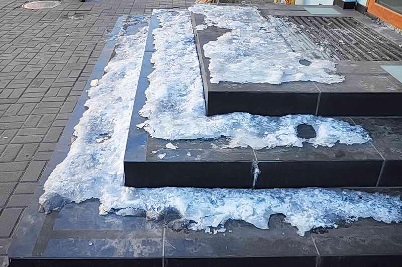 Чем посыпать садовые дорожки зимой, как очистить лед с тротуарной плитки