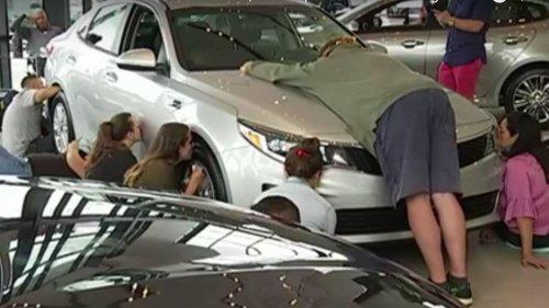 Женщина целовала новый автомобиль в течение 50 часов, чтобы стать его обладательницей