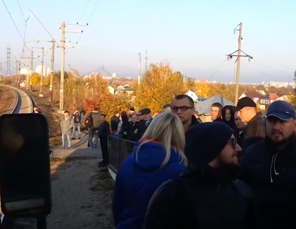 В Киеве разваливается транспортная инфраструктура, граждане не могут уехать на работу и ложатся на рельсы