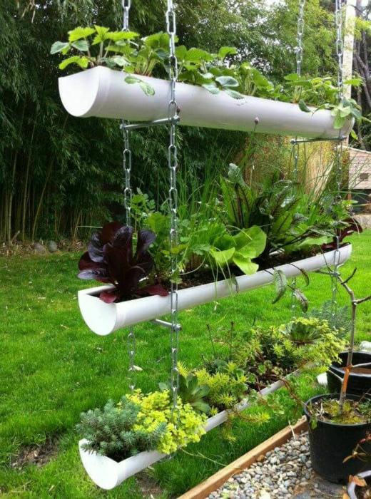 Подвесной сад из пластиковых труб.