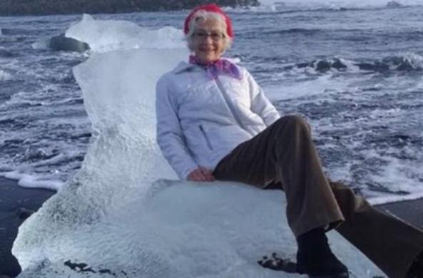 Пожилая женщина уплыла на льдине в море