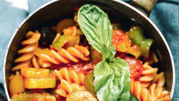 Паста с овощами в томатном с…