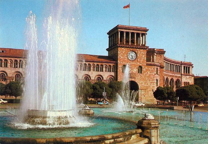 Дом Правительства в Ереване.