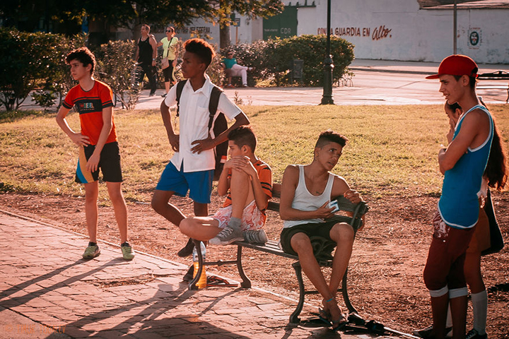 i-spent-20-days-in-cuba-documenting-the-life-of-local-people-17__880