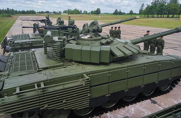 Белорусская армия получила танки Т-72Б3 с дополнительной защитой
