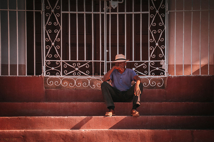 i-spent-20-days-in-cuba-documenting-the-life-of-local-people-14__880