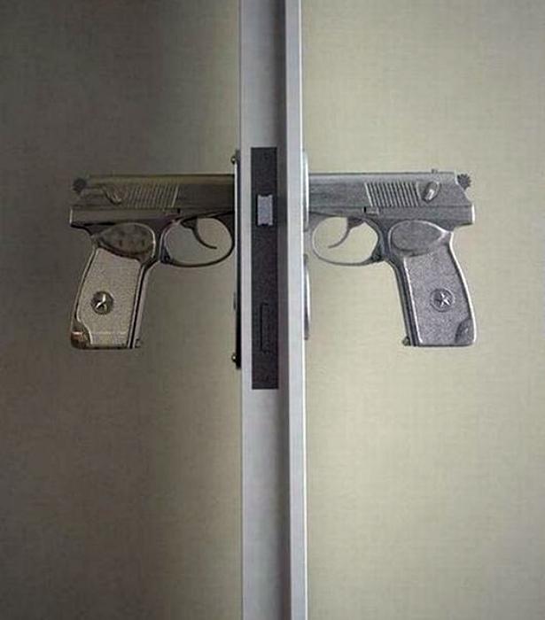 Дверная ручка в виде пистолетов.
