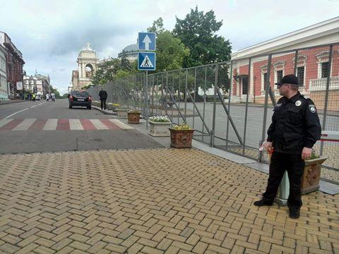 К приезду Порошенко в Одессе замаскировали Стену Героев