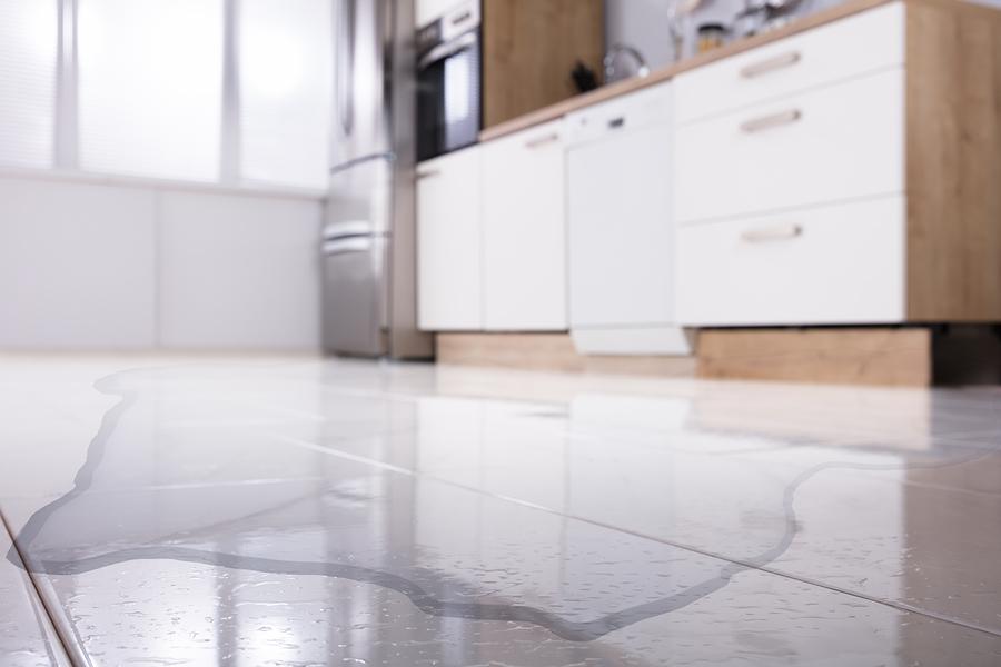 Почему течет холодильник и как это устранить