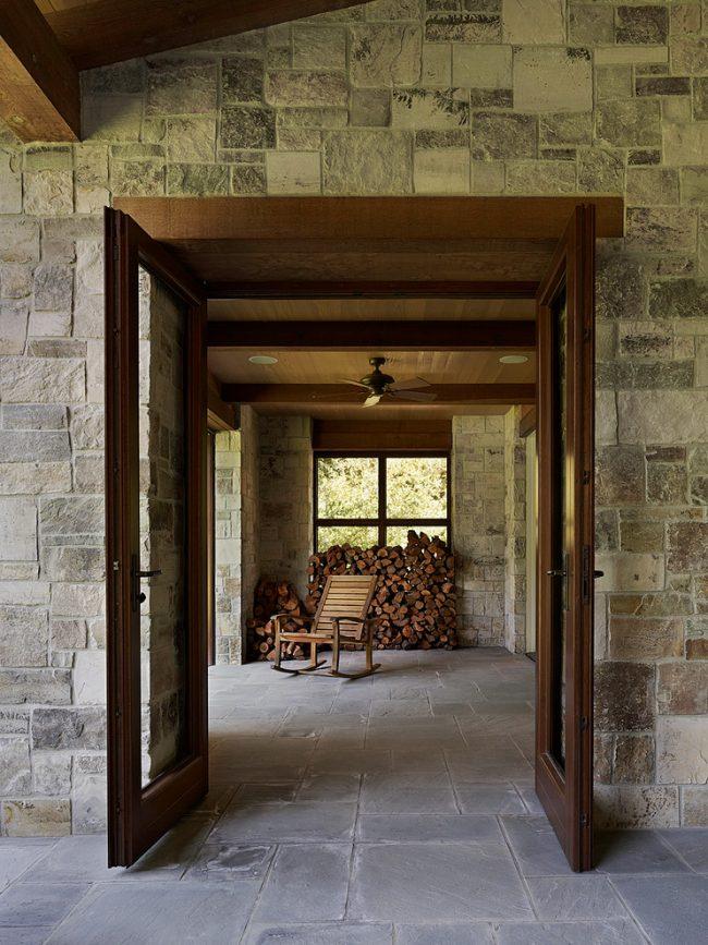 Место, выделенное для хранения дров должно быть максимально плотно заполнено для экономии пространства, особенно если оно находится в закрытом помещении