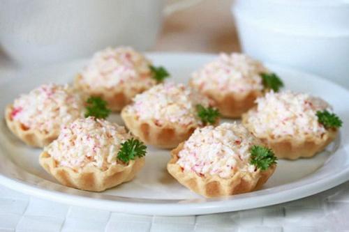 Тарталетки с крабовым мясом и сыром.