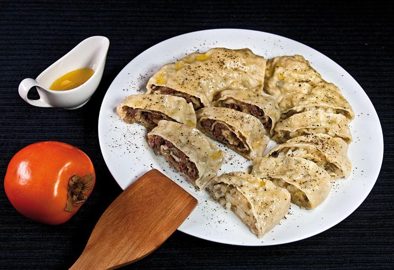 Хунон (паровой рулет с мясной или с картофельной начинкой)