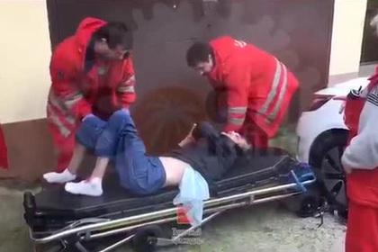 """""""Он нам не нужен"""": Медсестры выбросили лежачего пациента у гаражей"""