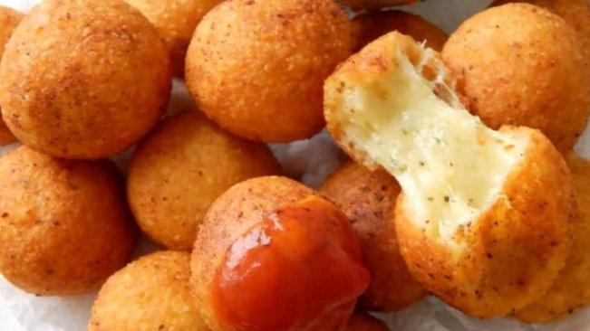 Сырные шарики с мягкой начинкой и хрустящей корочкой.