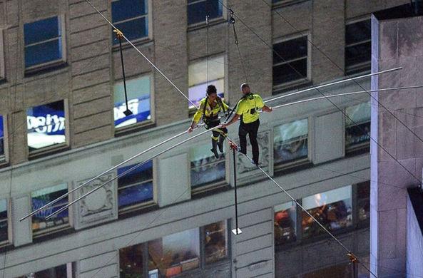 Брат с сестрой первыми прошли по канатной дороге над Таймс-сквер