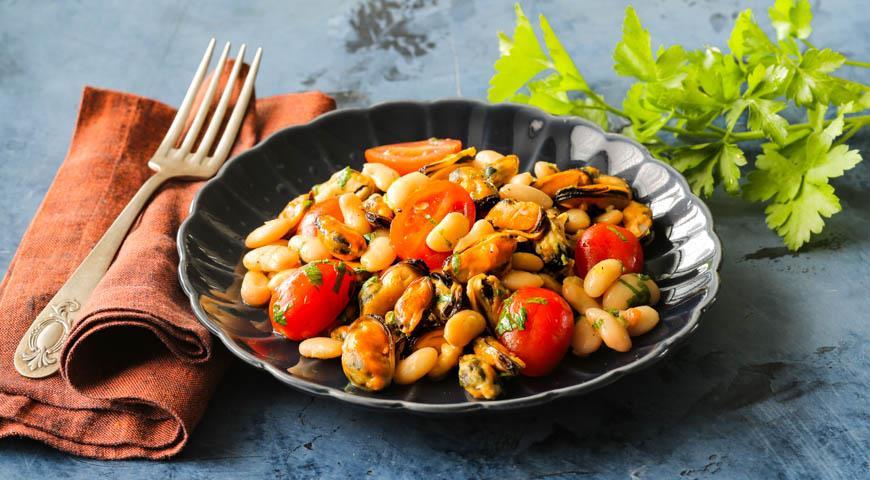 Теплый салат из мидий сфасолью