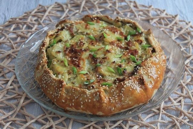 Фото к рецепту: Открытый пирог с картофелем, беконом и луком