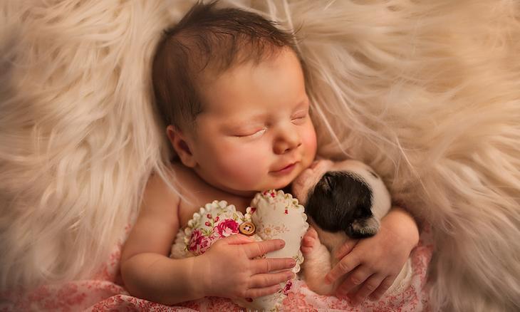 Когда милее некуда — фото объятий новорожденных детей и домашних питомцев