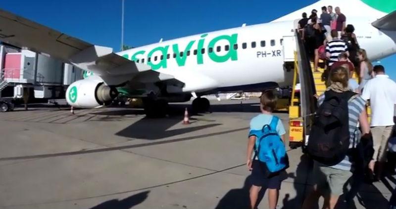 «Он вонял так, что пассажиры падали в обморок»: пилот посадил самолет из-за запаха