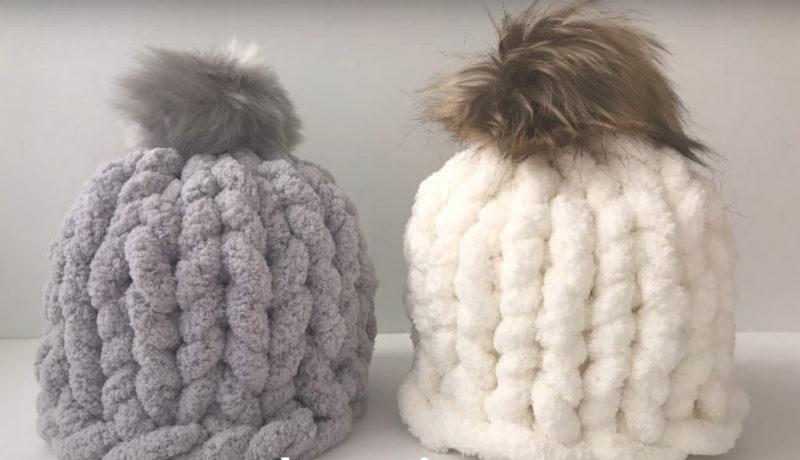Стильная и теплая шапка из пряжи без крючка и спиц