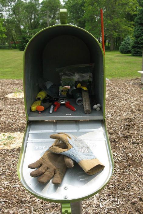 Рабочий инструмент в почтовом ящике.
