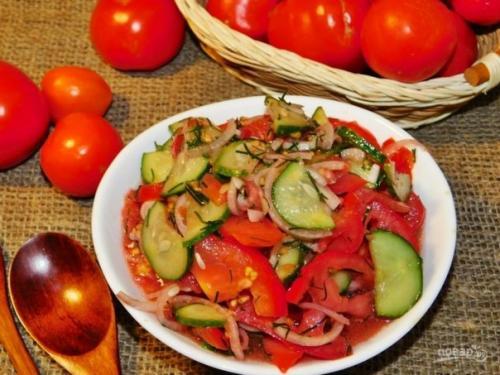 Овощной салат с базиликом.