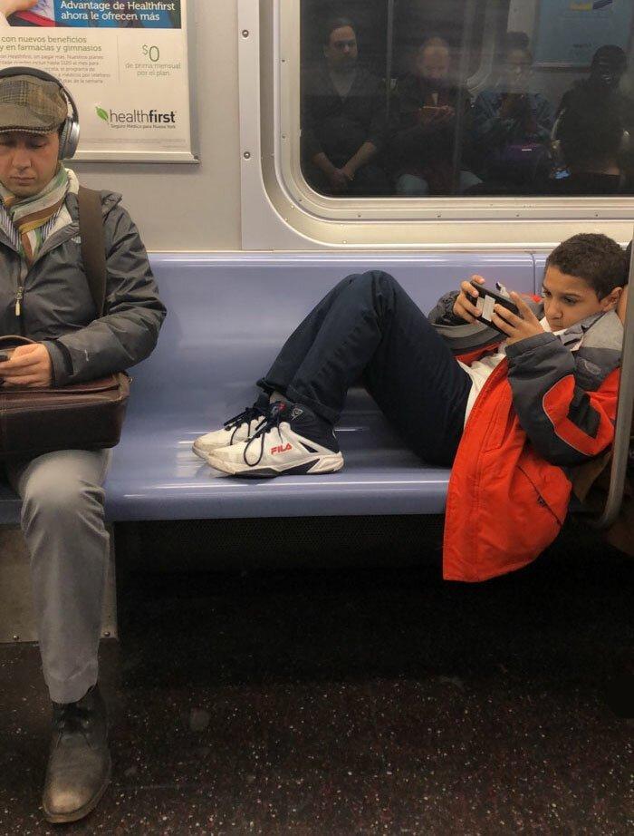 Мальчик отказался убирать ноги с сиденья в вагоне метро, но пассажир не растерялся