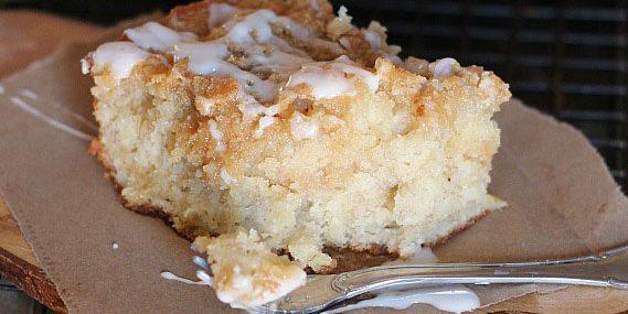 Банановый пирог с песочной крошкой и сахарной глазурью