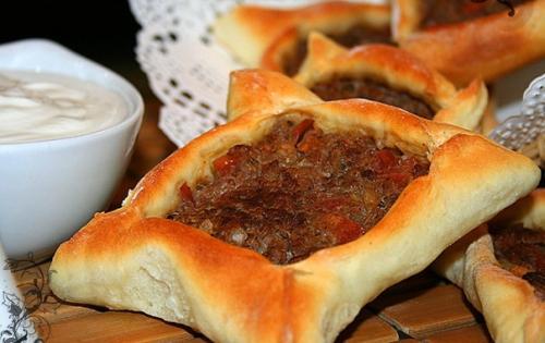 Сфиха - ливанские пирожки с мясом.