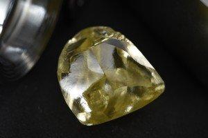 Редкая добыча: АЛРОСА нашла крупнейший желтый алмаз в истории кампании