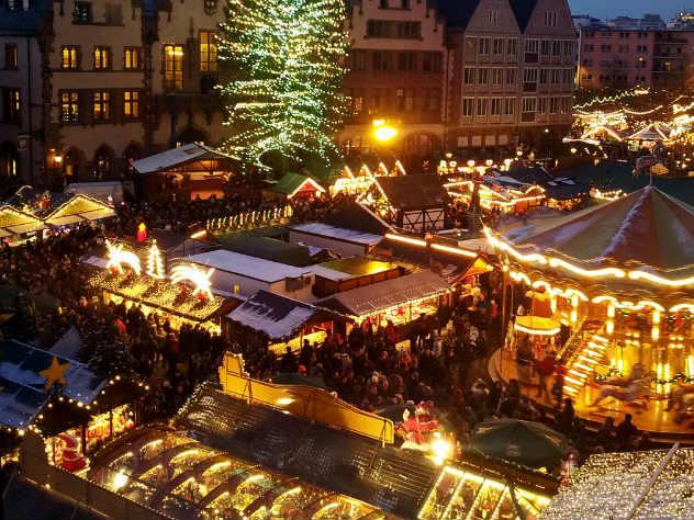 В Германии гигантская рождественская елка рухнула на детскую карусель