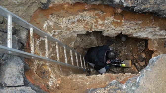 Археологи нашли древнюю бойницу под землей в центре Москвы